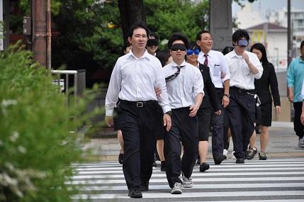 「視覚障がい者疑似体験」で街に出ました!(介護福祉科)